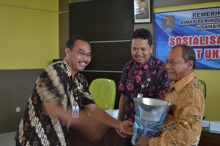 Kepala Bidang Perdagangan Disperindagkop UKM Kb.Cilacap saat menyerahkan alat ukur timbangan kepada pedagang ikan di PPS Cilacap, Kamis(31/10/2013)